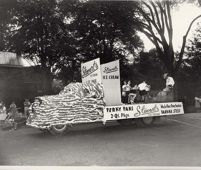 10 711 Saratoga Day Parade, Stewarts truck 1958.jpg